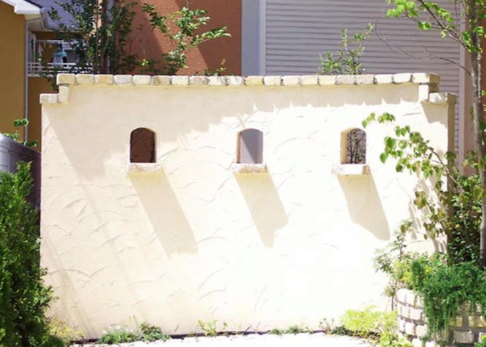 壁の小窓から影が靡いている