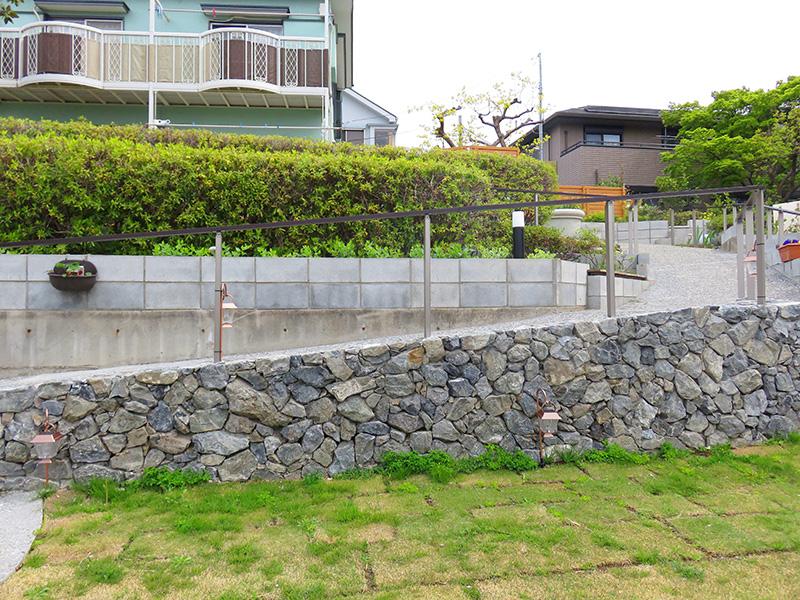 横から見た石積のスロープ擁壁
